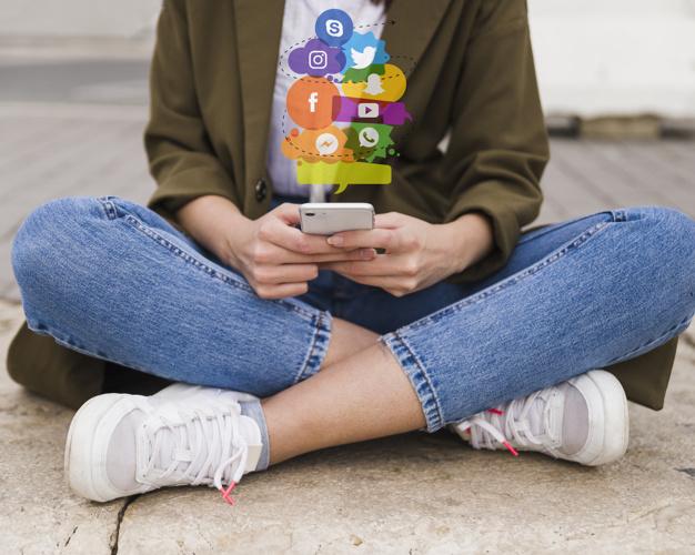 joven usando redes sociales